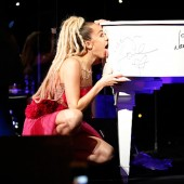 Miley Cyrus Accepts Vanguard Award, Helps LGBT Center By Licking $50,000 Grand PIano
